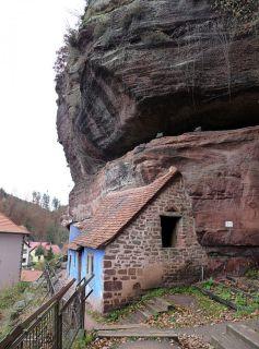 De curieuses mais charmantes maisons (très) anciennes