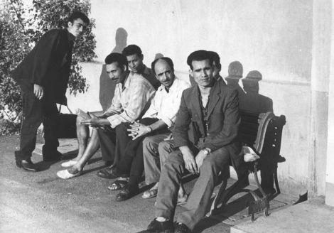 De l\'immigré au Chibani : Groupe d'immigrés à Huningue devant le foyer Le Rhône, années 1960