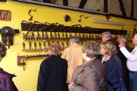 De nombreux objets anciens du monde de la tonnelerie sont conservés au musée du petit tonnelier