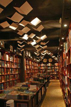L\'intérieur de la librairie est enchanteresse comme les fictions qu\'elle propose