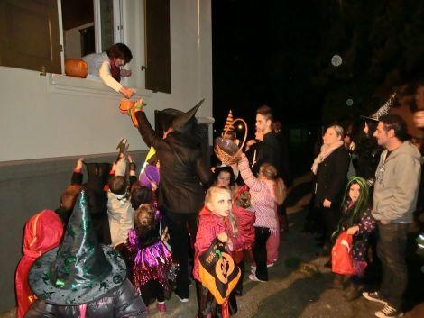 Les petits monstres récupèrent des bonbons dans les rues du village