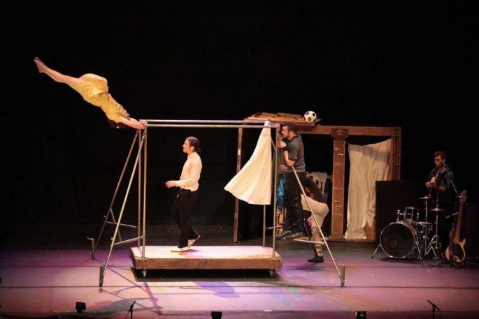 Des artistes circassiens se retrouvent autour d\'une gigantesque armoire dans Capas