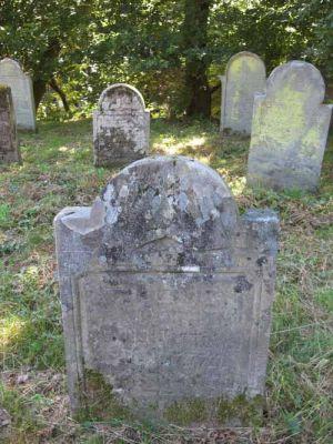 Des tombes encore très anciennes sont visibles