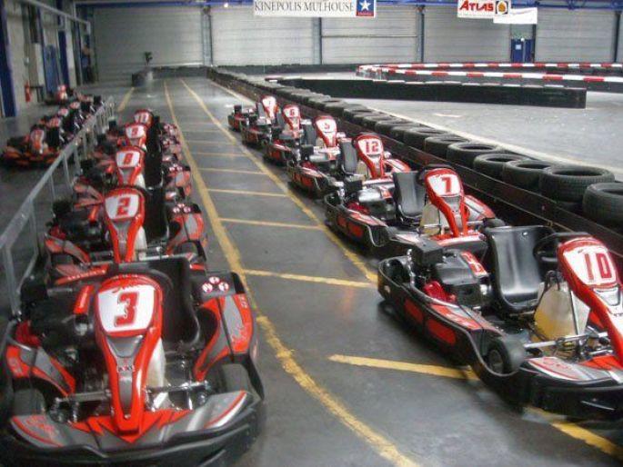 Des tours sur un circuit de karting