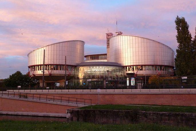 Les deux tours du Palais des Droits de l\'Homme symbolisent les plateaux de la balance de la justice