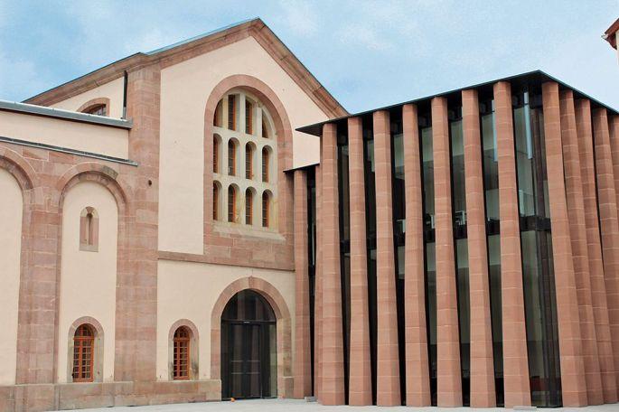 La nouvelle devanture de la Bibliothèque humaniste, reconnaissable avec ses colonnes torsadées