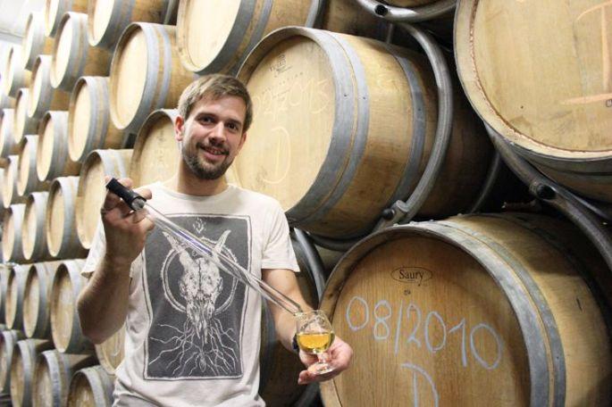 Arnaud Meyer devant des fûts de whisky Meyer\'s!