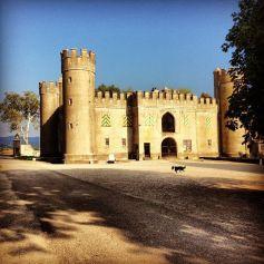 Une étable qui imite l'architecture d'un château médiéval datant du 20ème siècle