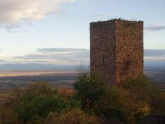 Aux alentours d\'une colline ou d\'une forêt, vous aurez peut-être la chance de tomber sur un des vieux châteaux d\'Alsace