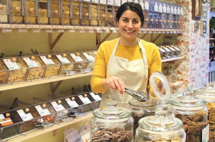 Maud Roucayrols dans son épicerie en vrac