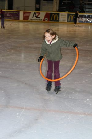 A l\'école de glace à Mulhouse, les débutants apprennent à patiner, au travers d\'exercices ludiques