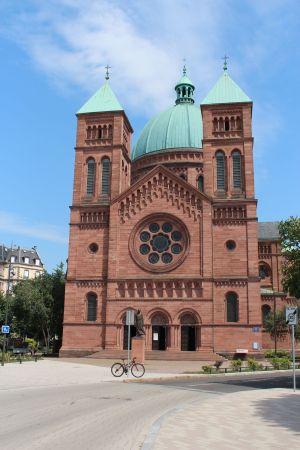 Le parvis de l\'église en gré rose des Vosges