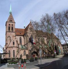 L\'église Saint Pierre le Jeune dresse ses tours non loin de la place Broglie
