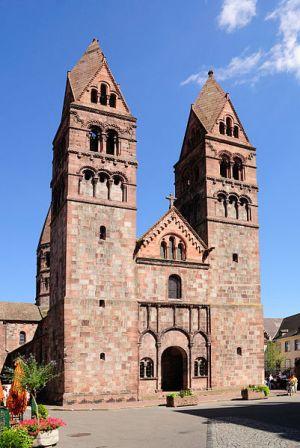 Eglise Sainte-Foy trone sur la Place du Marché Vert à Sélestat depuis le 11e siècle