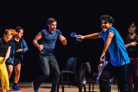 Douze jeunes danseurs argentins travaillent avec Mathilde Monnier