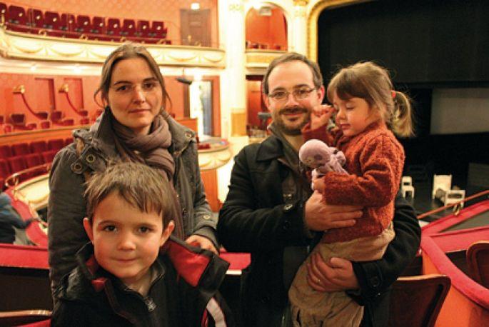 Emmanuelle et Marc emmènent régulièrement leurs enfants aux spectacles des Tréteaux Jeunesse