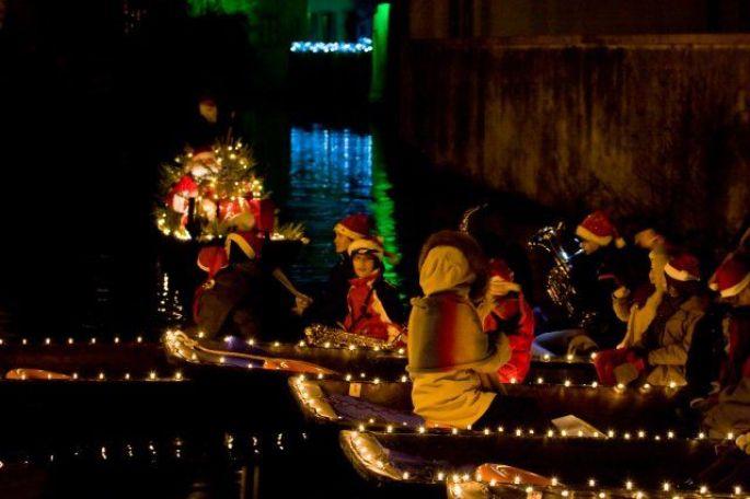 Les enfants chantent sur les barques de Noël à Colmar