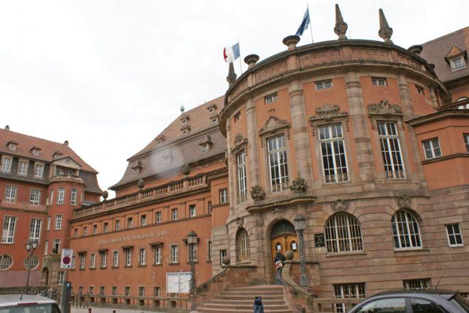 L\'entrée massive de style des Bains municipaux de Strasbourg témoigne de son passé allemand
