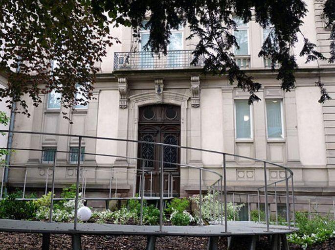 L\'entrée principale du musée Tomi Ungerer, qui donne sur la place de la République