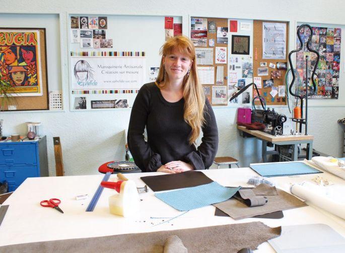 Julie Camille, fondatrice d\'Ephélide maroquinerie, dans son atelier à Motoco