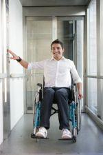 Plusieurs centres d\'accueil possèdent l\'équipement nécessaire pour réduire l\'impact du handicap.