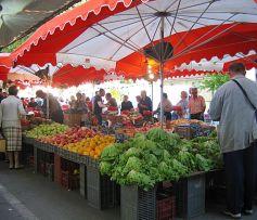 Les nombreux étals proposent différents produits selon les communes
