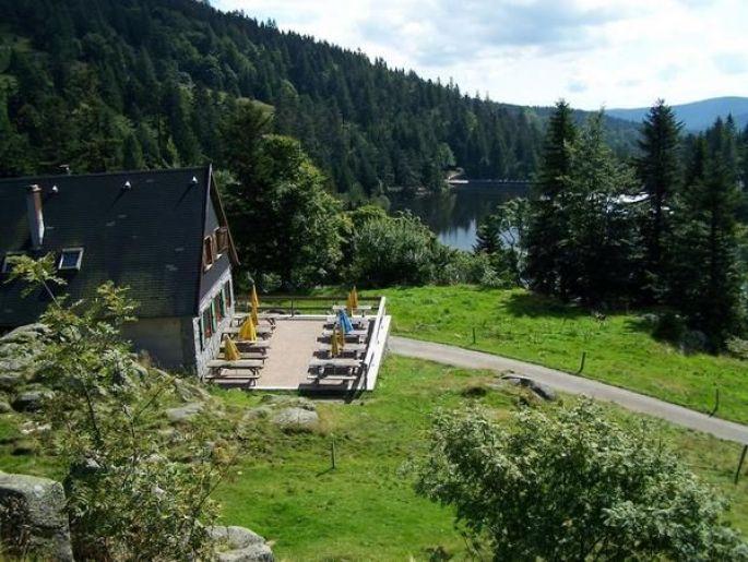 La vue sur le lac des truites et la ferme auberge du Forlet