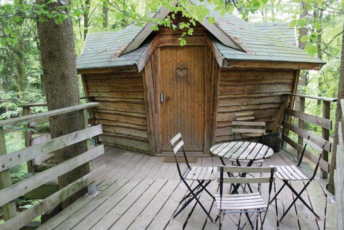 Une cabane dans les arbres à la Ferme Aventure
