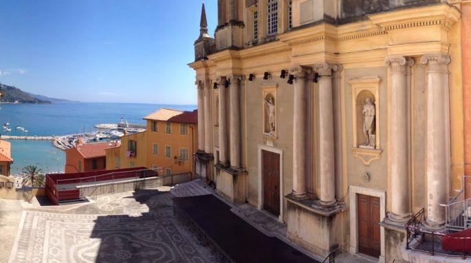 C\'est sur le Parvis de l\'Eglise Saint-Michel Archange que se déroulent les concerts du Festival de musique de Menton, avec vue sur la Méditerranée