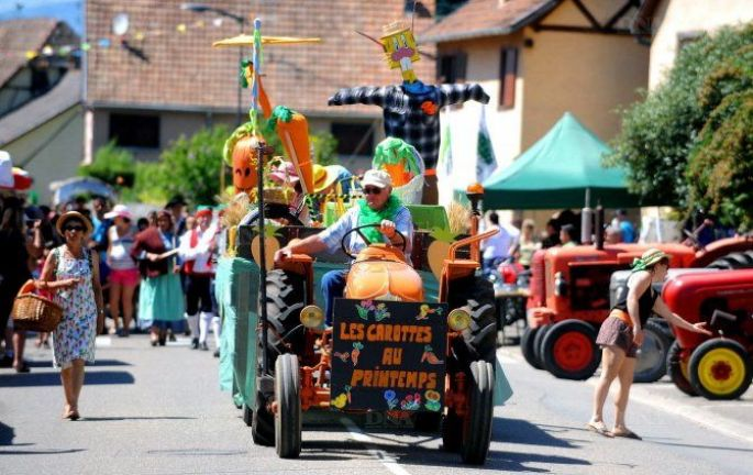 Le cortège des chars de la Fête de la Carotte à Muntzenheim