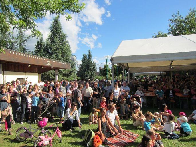 Le public est nombreux dans le parc pour la Fête de la Musique à Marckolsheim