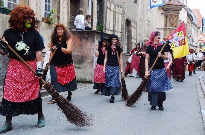 Les sorcières défilent dans les rues de Rouffach !