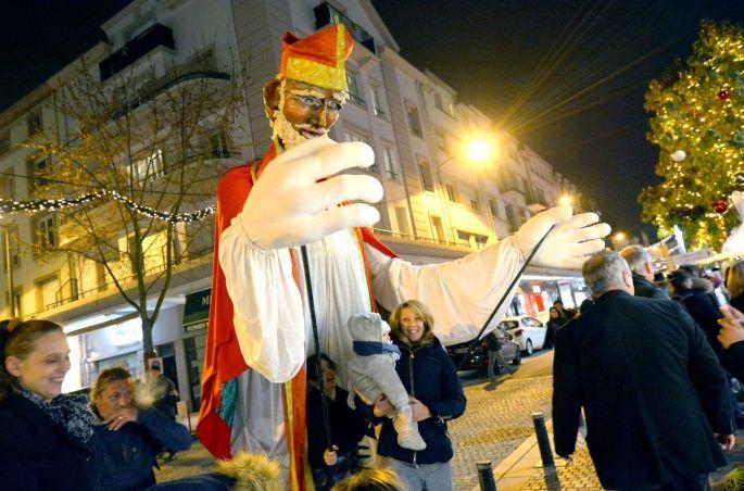 Retour dans les sensations de l\'enfance avec le grand Saint Nicolas du marché de Noël d\'Epinal