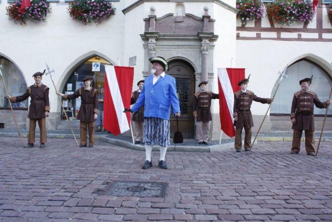 Des bénévoles interprètent des scènes historiques dans le quartier historique de Benfeld lors de la Fête du Stubbehansel