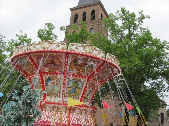 Les attractions de la fête foraine de Neuf Brisach s\'installent sur la place
