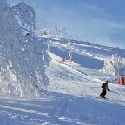Match : Février : vacances au ski VS vacances à la maison