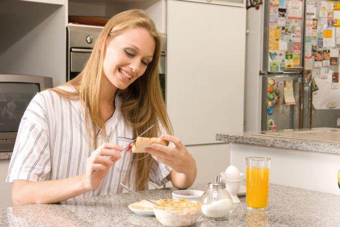 Au petit-déjeuner, manger des biscottes ou du pain complet, c'est déjà s'assurer d'un bon apport en fibres
