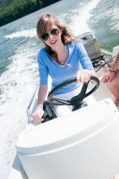 Certains petits bateaux à moteur peuvent être conduits par tous, à condition de rester très prudent !
