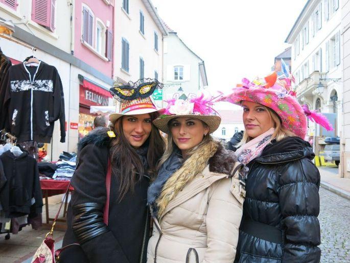 Pendant la foire Ste Catherine à Altkirch, les filles célibataires âgées de 25 ans se promènent chapeau sur la tête