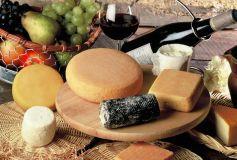 Un plateau de fromages accompagné d\'un bon vin rouge, une tradition à la française !
