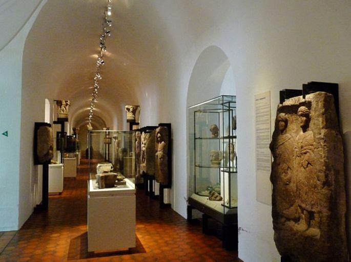 Les longues galeries du sous-sol du Palais Rohan, où se trouve le musée archéologique de Strasbourg.