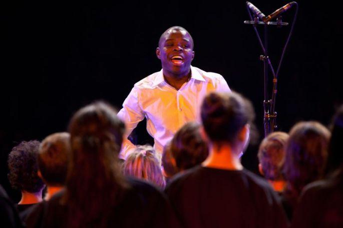 Le chef de chœur des Gospel Kids en plein concert: Alfonso Nsangu