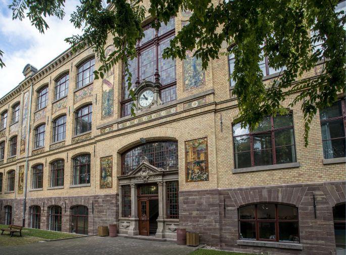 Recouverte de briques jaunes et de céramiques émaillées, la façade du bâtiment principal est classée monument historique depuis 1981