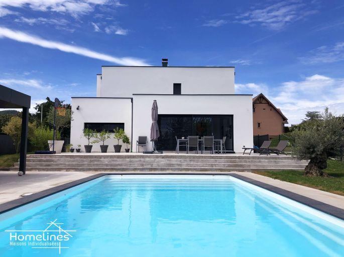 Une maison moderne avec sa piscine, réalisée par Homelines