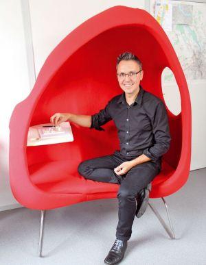 Hugues Klein dans la Niels chair, un siège à vivre qu'il a conçu