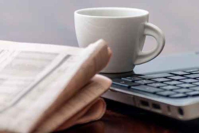 Il lit la « zittung » le matin