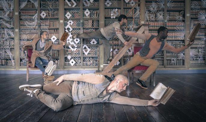 La troupe de la compagnie Pyramid joue avec les livres