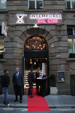Tapis rouge pour entrer à l\'Intemporel Bar Club à Strasbourg