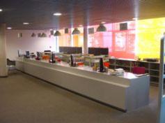 L\'intérieur de la médiathèque de Strasbourg Neudorf offre confort et modernité