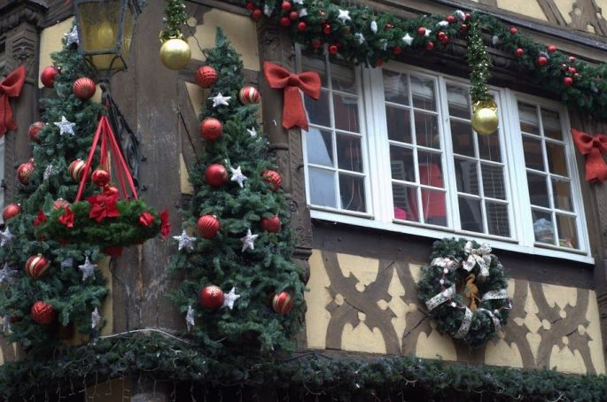 Les façades typiques des maisons du centre ville de Strasbourg, décorées pour Noël